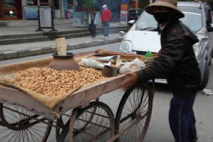 ネパールのピーナッツ売り