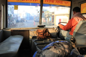ネパールからインドへ入るバス