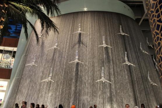 世界一大きなショッピングモールの中にある滝