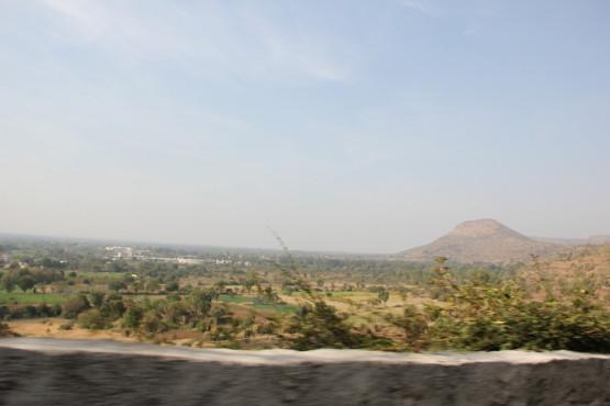エローラ石窟群に向かう道
