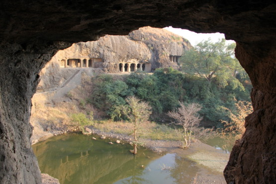 洞窟の中から見た遺跡