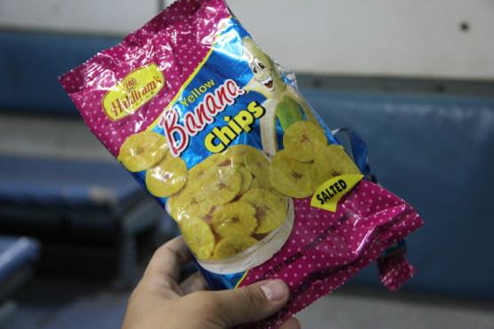 列車内で購入したバナナチップ