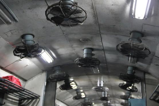列車の天井には扇風機がいっぱい