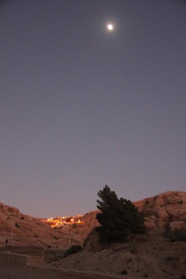 ぺトラ遺跡と月