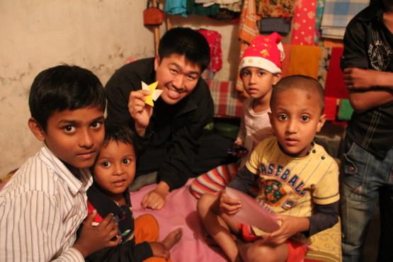 リキシャマン タヒルの家の子供や近所の子供と遊ぶ