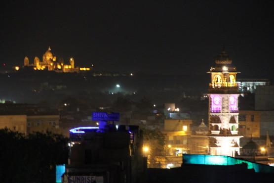 遠くに見えるのはマハラジャの宮殿