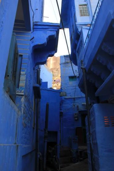 街全体が青い建物ばかり