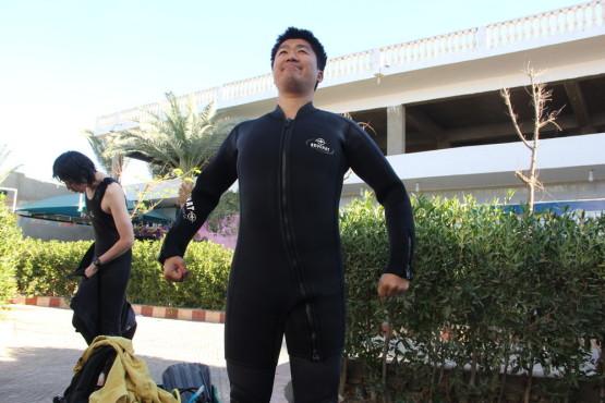 ダハブでダイビング スーツ着用時
