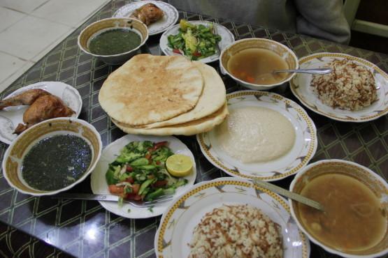 エジプト料理コース。左にある緑のものがモロヘイヤスープ