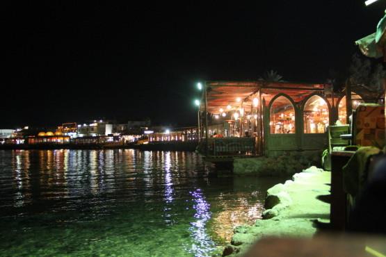 海辺のレストランでのんびり食事