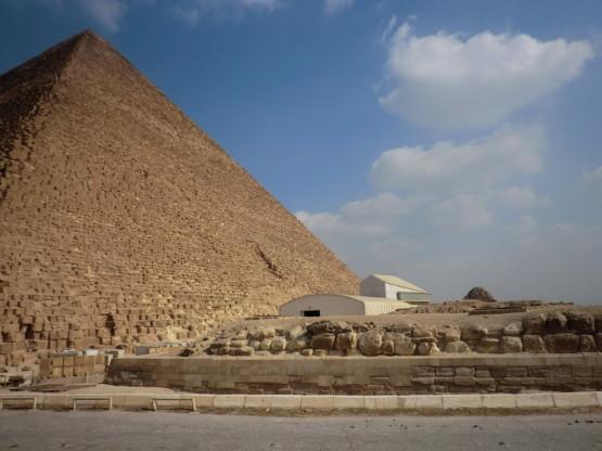 ピラミッドを下から見上げると圧巻