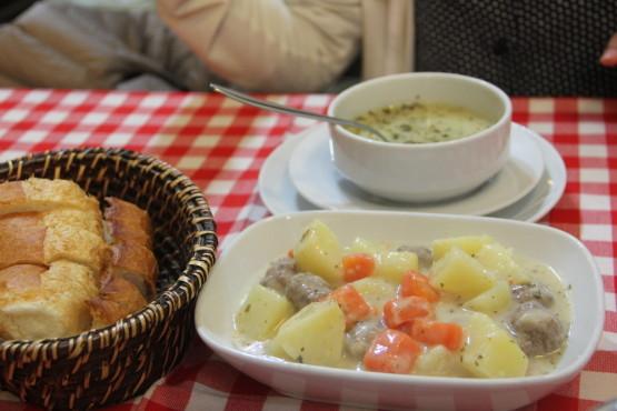 トルコの大衆レストランは大体パンが食べ放題