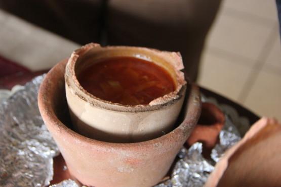 陶器の器の中で蒸して提供する時に上だけ割る