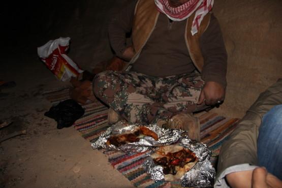 砂漠で食べる バーベキュー