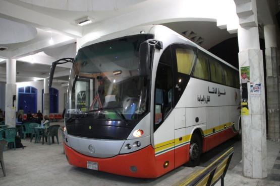カイロに向かう長距離バス