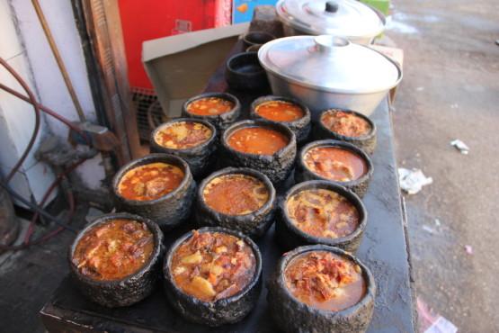 エジプトの壺料理 店先で調理している