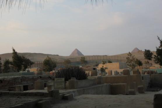 遠くから見たピラミッド