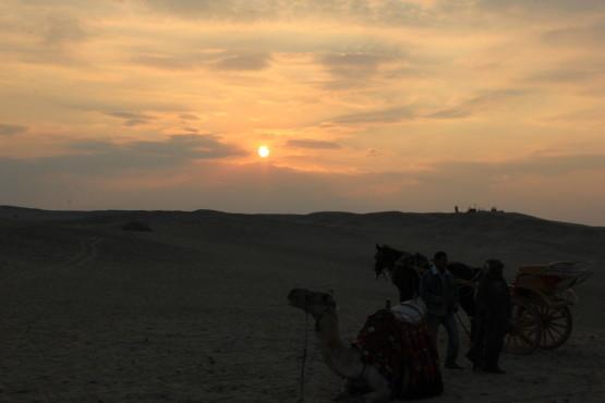 砂漠と夕日