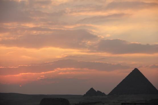 ピラミッド前にある建物の屋上から