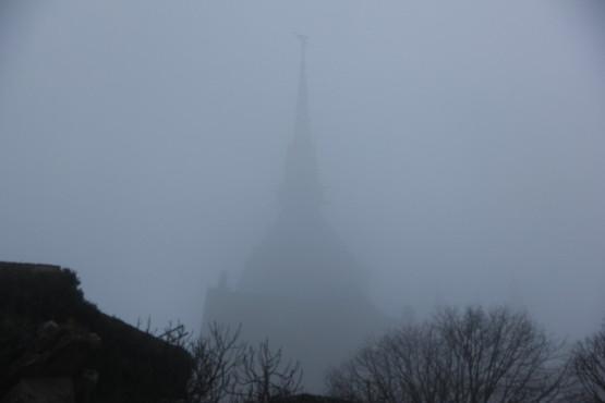 霧で良く見えない