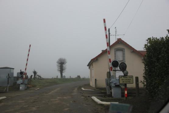 フランス田舎町の踏切