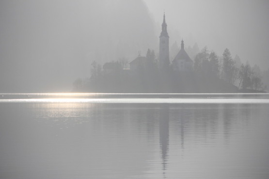 ブレッド湖の真ん中にある小島に浮かぶ教会
