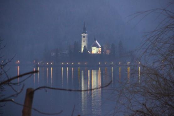 夜のブレッド湖に浮かぶ教会