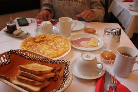 スロベニアのペンションの朝食