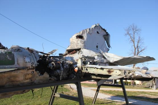 爆撃を受けた戦闘機も