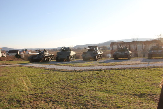 子供たちが遊ぶ公園なのに戦車が並ぶ…