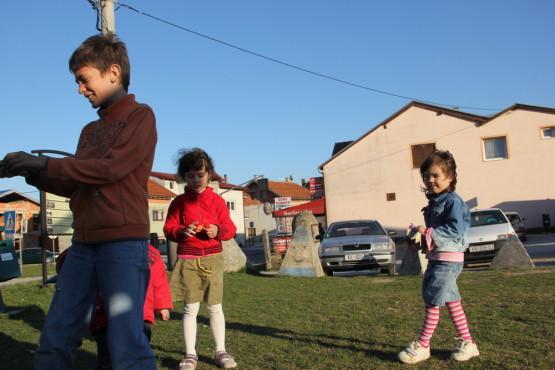 町の公園で子供たちと遊ぶ