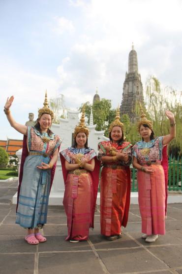 タイの民族衣装を着て撮影
