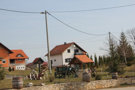 プリトヴィツェ湖群国立公園近くの村