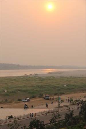 あの時と同じ道、そしてあの時と同じメコン川に沈む夕日を